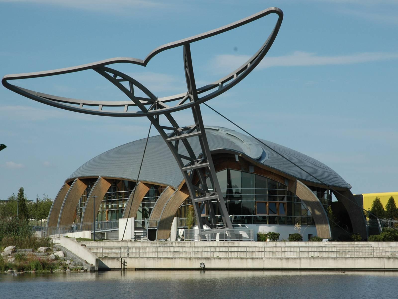 gläsernes Gebäude in Form eines Wals