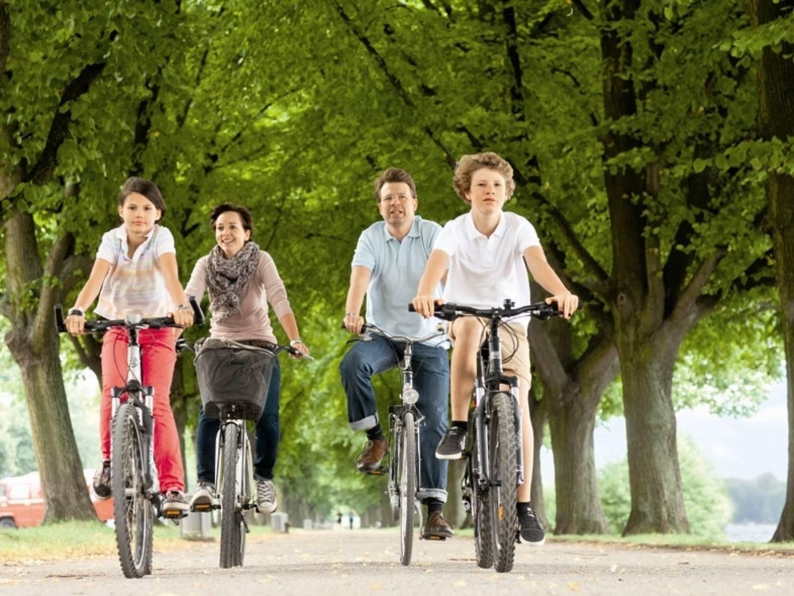 Familie fährt Rad am Maschsee
