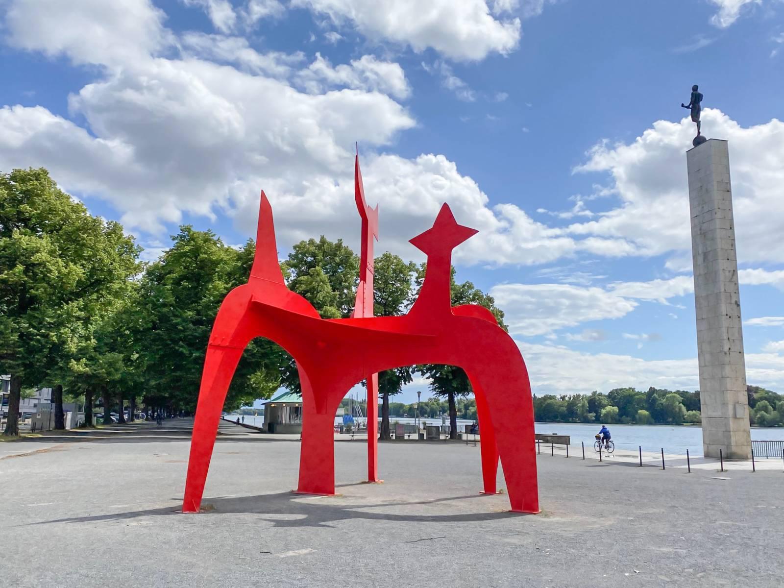 Eine große rote Skulptur: Der Hellebardier von Alexander Calder