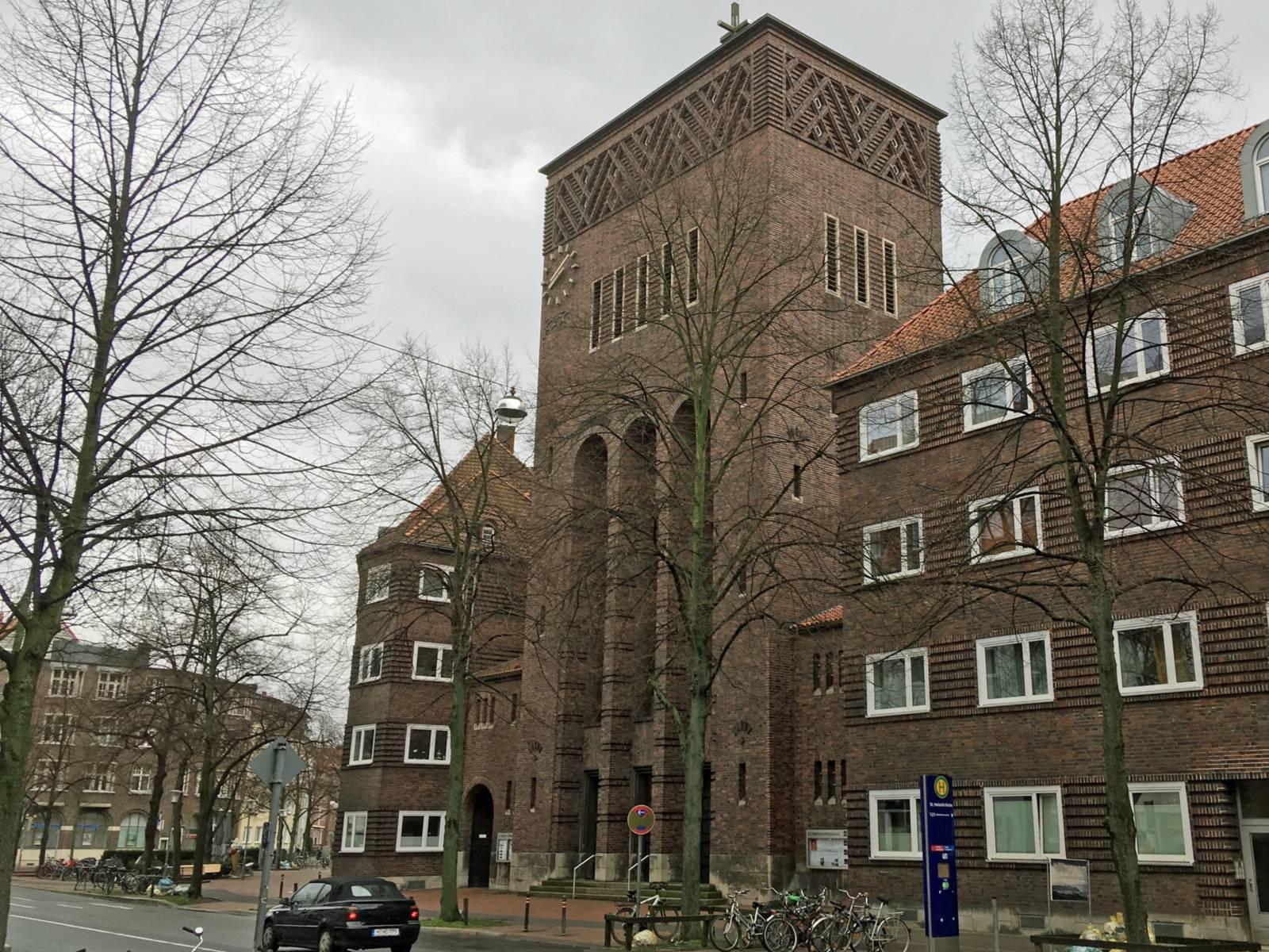 Eine Kirche aus Backsteinen