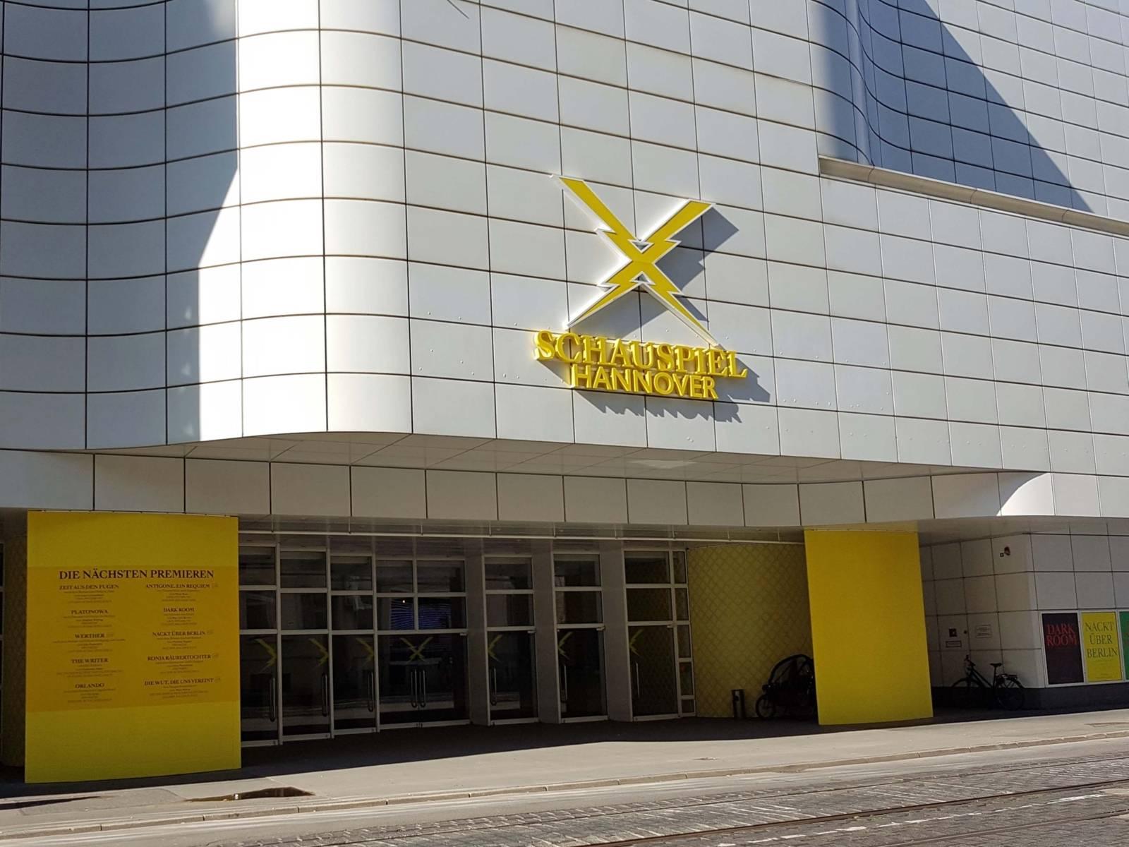 """Weißes Gebäude mit gelbem Schriftzug: """"Schauspiel Hannover"""""""
