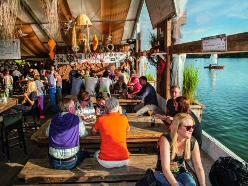 Sitzbänke eines aufgebauten Restaurants am See