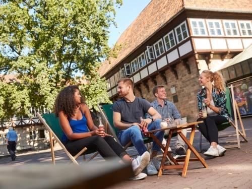 Gruppe sitzt am Ballhof