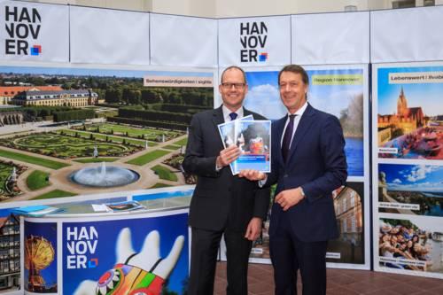 Ulf-Birger Franz (Wirtschaftsdezernent der Region Hannover) und Hans Christian Nolte (Geschäftsführer der HMTG, v. l.).
