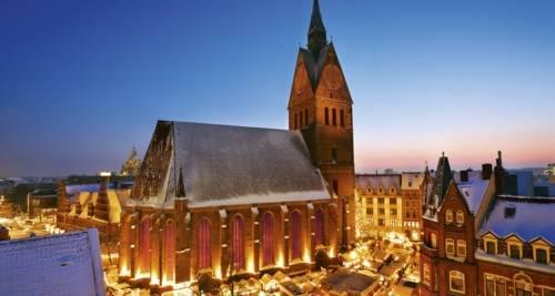 Ein Panoramabild des Weihnachtsmarktes in der Altstadt.