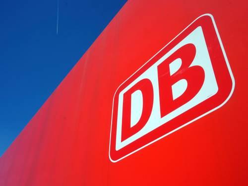 Das Logo der Deutschen Bahn steht in weiß auf einem roten Hintergrund.