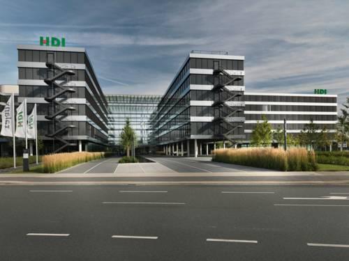 Auf einem modernen Bürogebäude sind die Buchstaben HDI zu sehen.