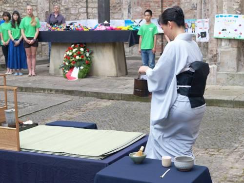 Teemeisterin bei einer Trauer-Teezeremonie in einer Kirche.
