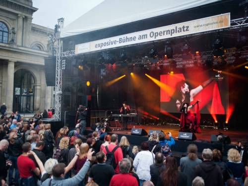 Musiker auf überdachter Bühne mit Publikum