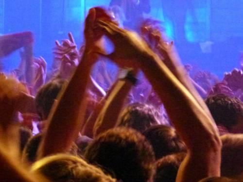 Menschen bei einem Konzert.