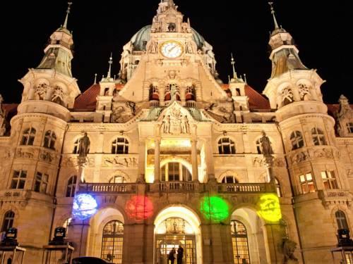 Altes Gebäude, das von bunten Lichter bestrahlt wird
