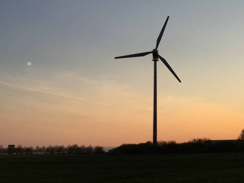 Windrad vor Abendhimmel
