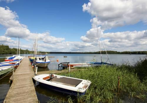 Boote am Steg des Altwarmbüchener Sees