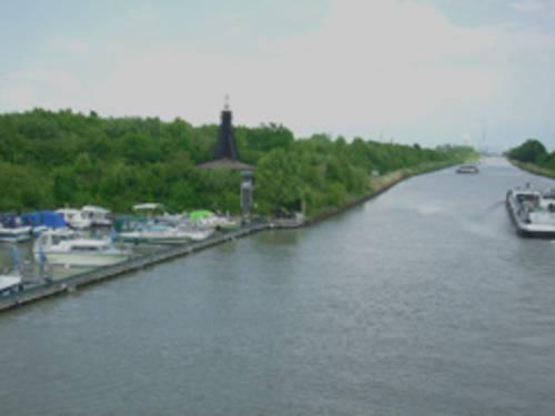Der Mittellandkanal, rechts ein Yachthafen, links eine Binnenschiff