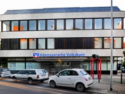 Ein modernes Bürogebäude an einer Straße.