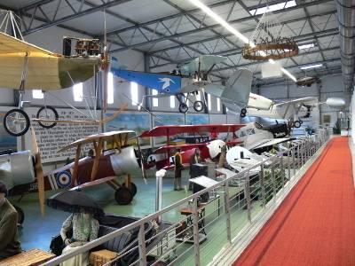 Flugzeuge stehen auf dem Boden oder hängen von der Hallendecke des Luftfahrtmuseums Laatzen.