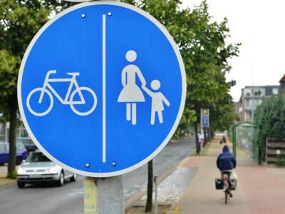 Ein blaues Verkehrsschild