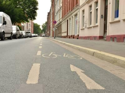 Eine Straße mit Markierung eines Fahrrad-Schutzstreifens