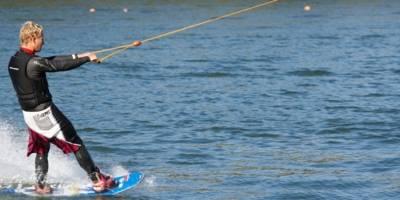 Ein Mann fährt Wasserski auf dem Blauen See in Garbsen