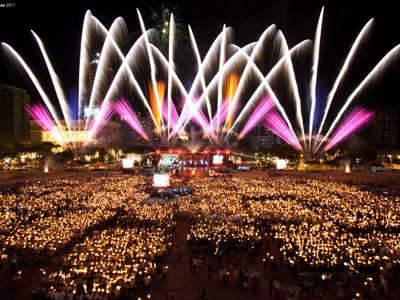 Ein Lichtermeer an Zuschauern genießt das Feuerwerk
