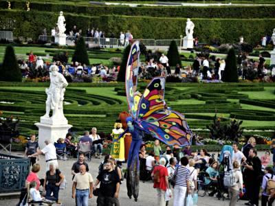Stelzenläufer und Menschen im Großen Garten