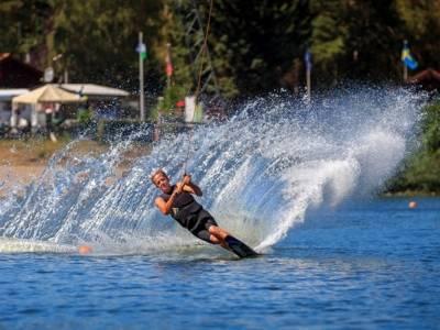 Wasserskifahrer auf dem Blauen See