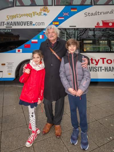 Kinder vor einem Doppeldeckerbus