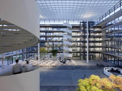 Ein modernes und lichtgeflutetes Bürogebäude.