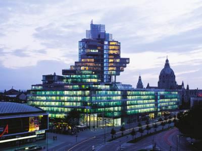Ein großes Glasgebäude bei Nacht.