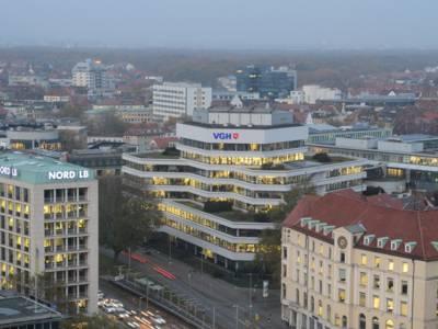 Luftbild eines modernen Gebäudes mit einer Glasfassade.