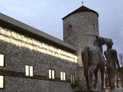 Leuchtschrift am Historischen Museum und der Beginenturm