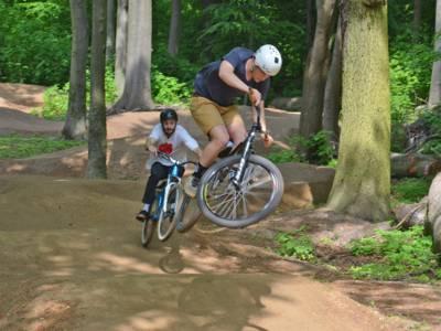 Mountainbiker auf dem neuen Parcours in Aktion