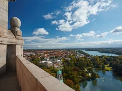 Blick vom Rathaus auf das Landesmuseum und den Maschsee.