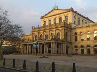 Platz mit einem großen historischen Gebäude