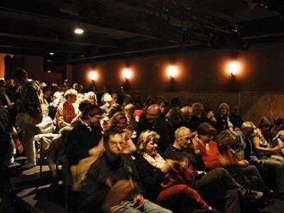Innenansicht des Theaters mit Blick auf das Publikum.