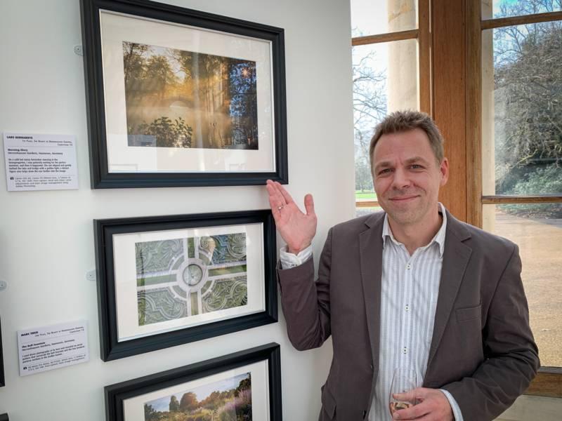 Lars Gerhardts vor seinem Gewinnerfoto beim IGPOTY (International Garden Photographer of the Year).