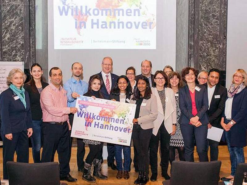"""Gruppenbild mit dem Slogan """"Willkommen in Hannover"""""""