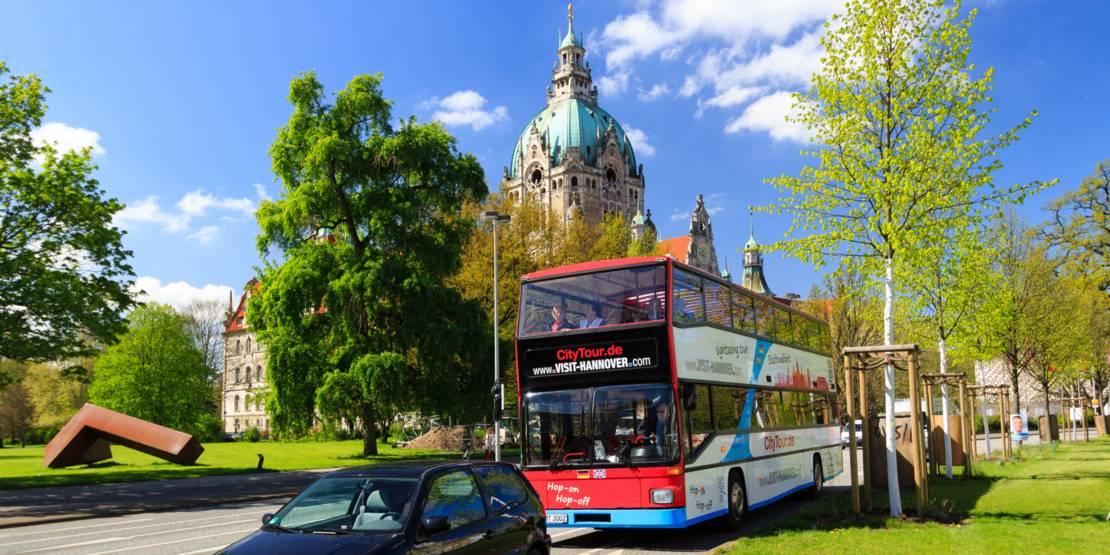 Stadtrundfahrt im Doppeldecker-Bus am Neuen Rathaus