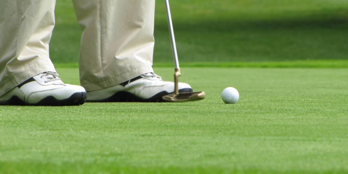 Golfer mit Ball und Schläger