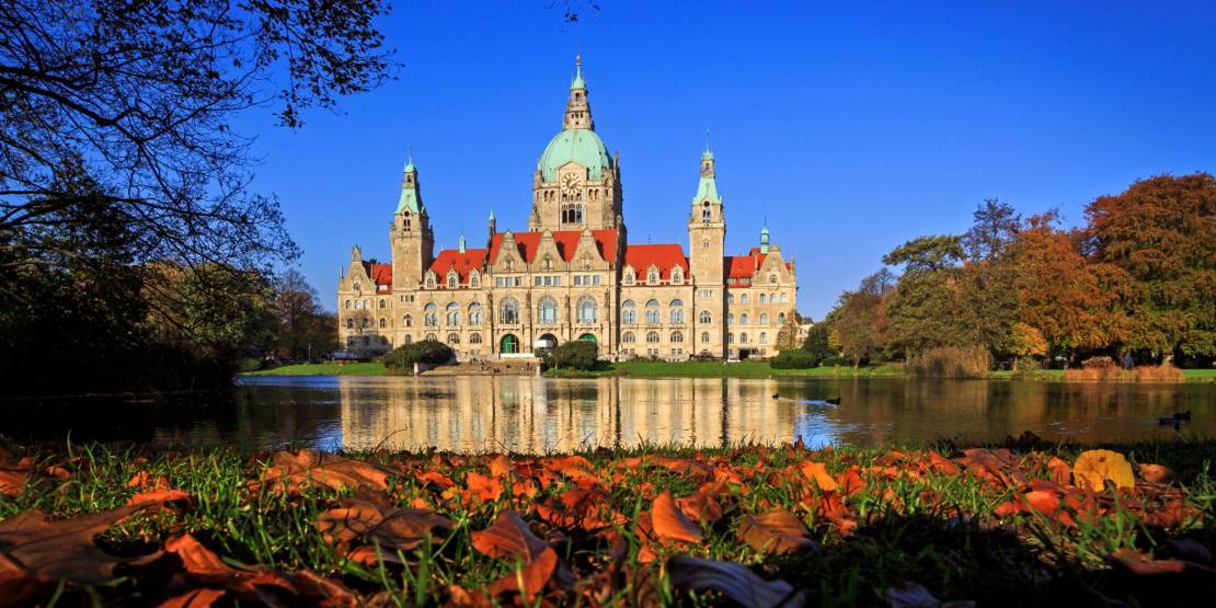 Blick auf das Neue Rathaus im Herbst