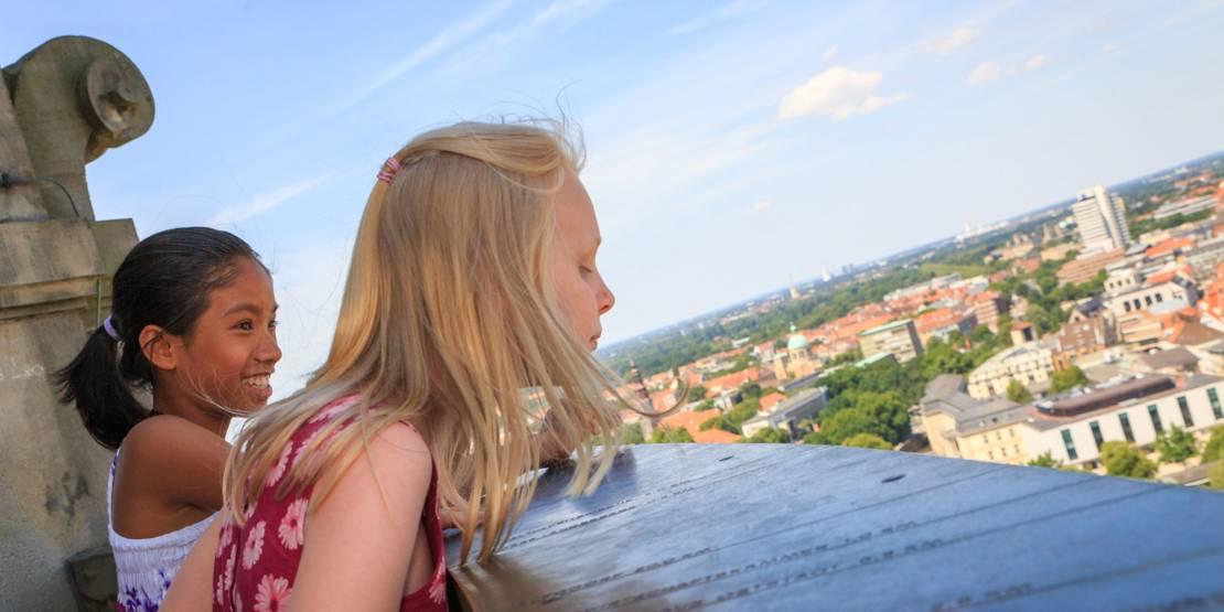 Zwei Mädchen auf der Rathauskuppel