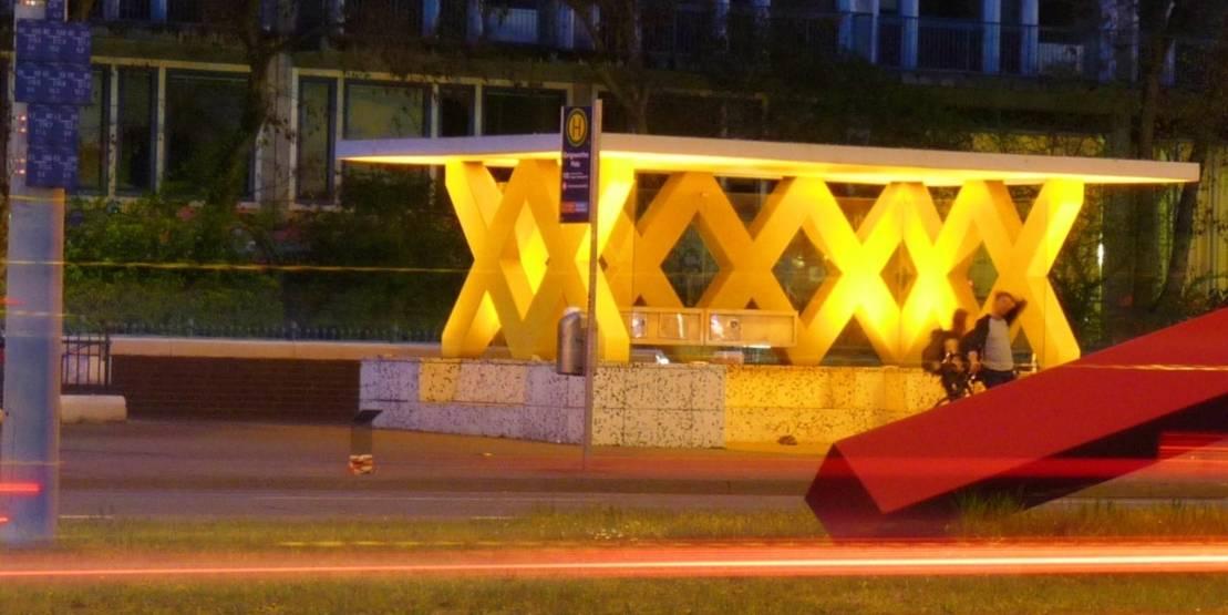 Bushaltestelle bei Nacht