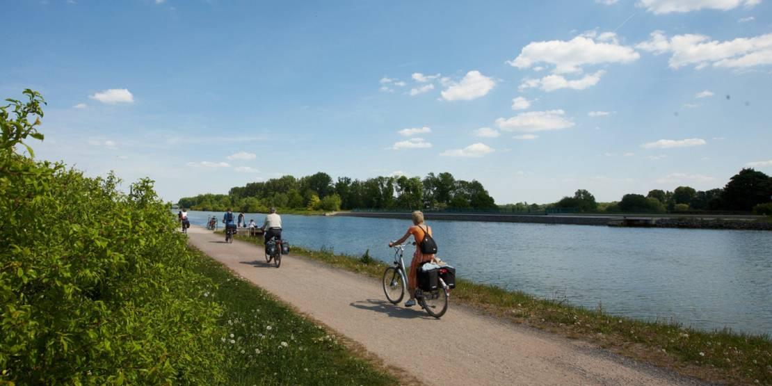 Foto: Radfahrer am Kanal in Hannover.