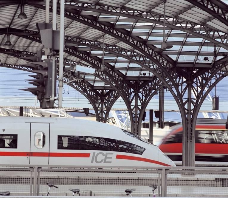 ICE 3 beim Halt in Köln Hbf