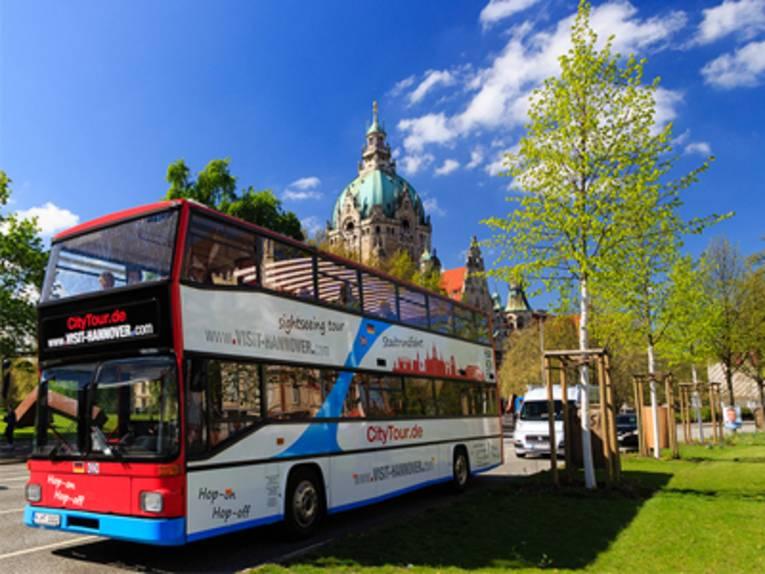 Doppeldecker-Bus vor dem Neuen Rathaus