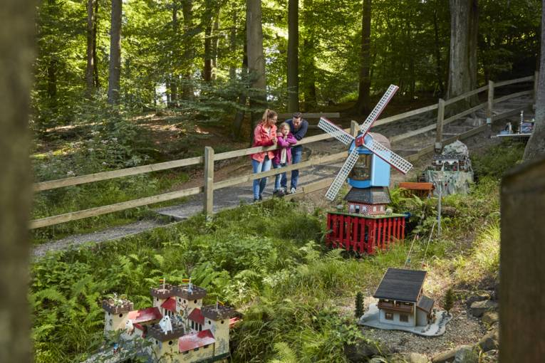 Eine Familie schaut sich die Wennigser Wasserräder an.