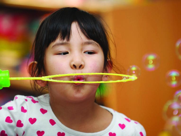 Seifenblasen in der Internationalen Schule