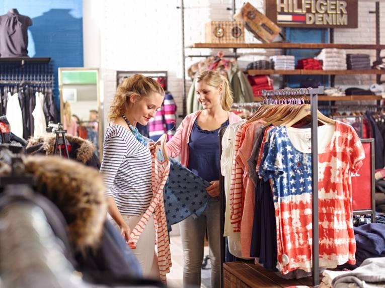 Freundinnen beim Shoppen