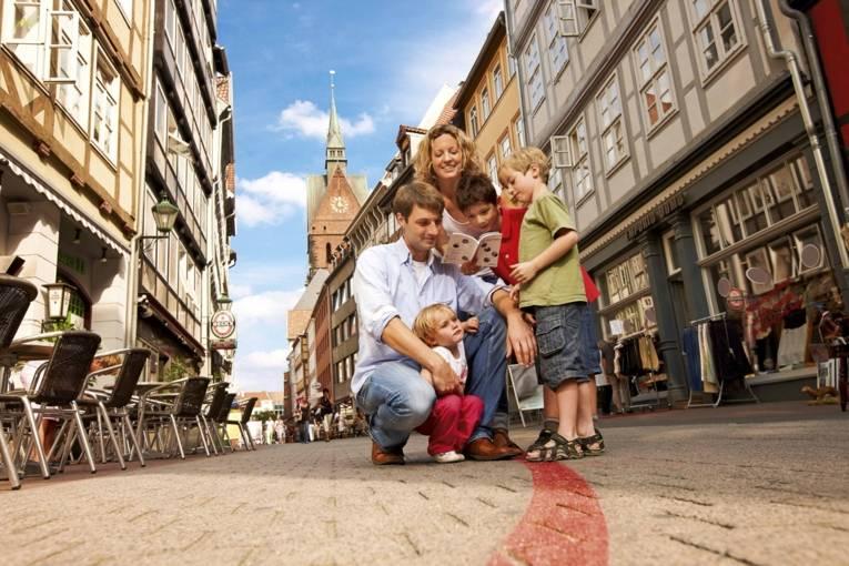 Familie auf dem Roten Faden
