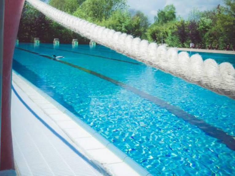 Blick durch einen Rettungsring ins Schwimmbecken